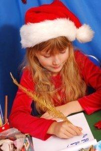 8255375-jeune-fille-en-chapeau-de-santa-ecrit-une-lettre-au-pere-noel-par-stylo-plume-doree_l
